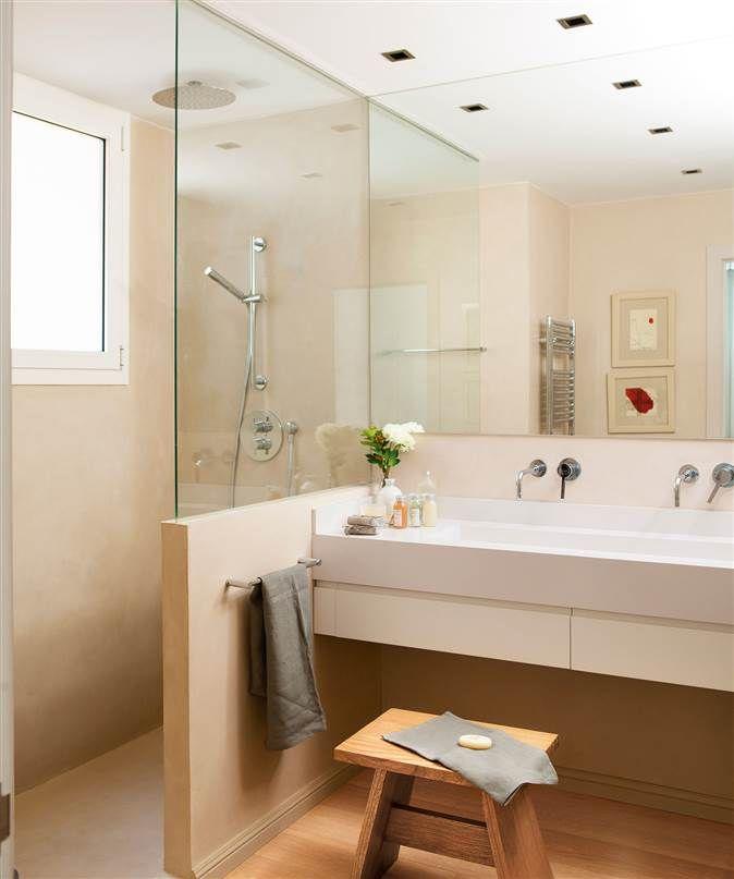 Baño en crema con ducha de obra separado del tocador con un murete