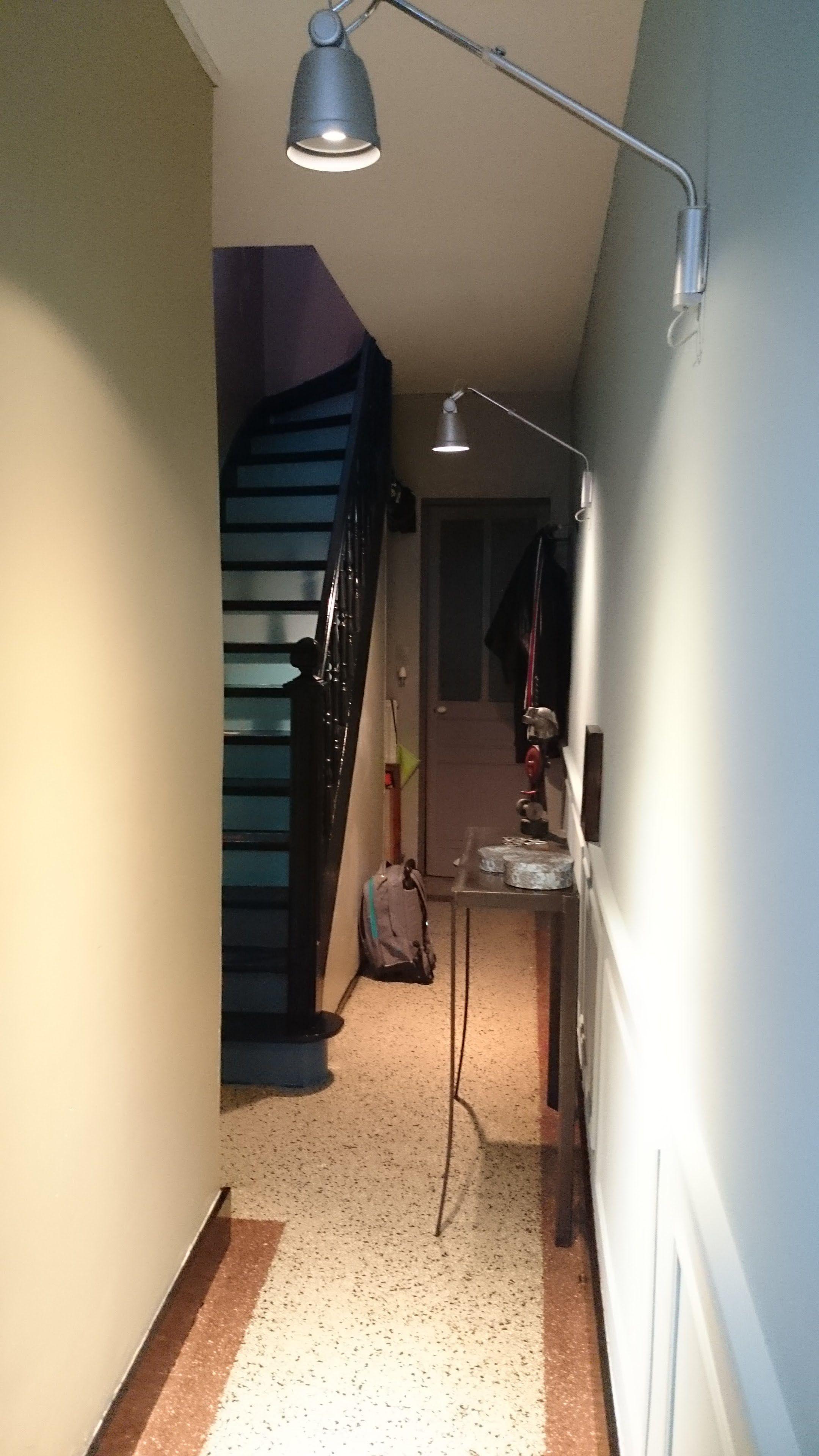 Wohndesign innenraum escalier  contremarche dégradé de bleu  sol granito  escaliers