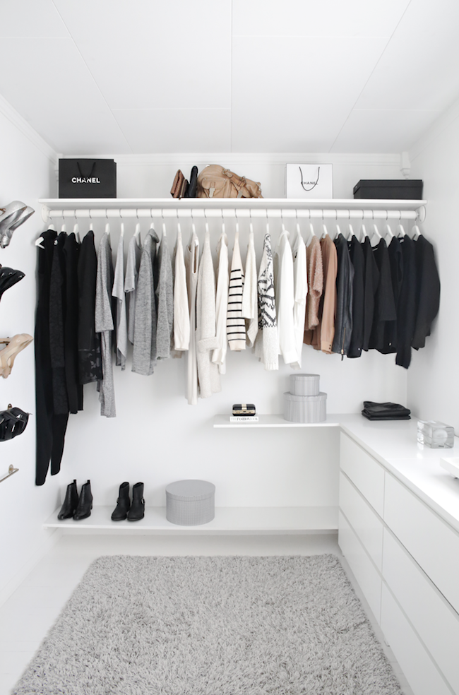 Get inspired by this bright and minimal walk in closet (Le