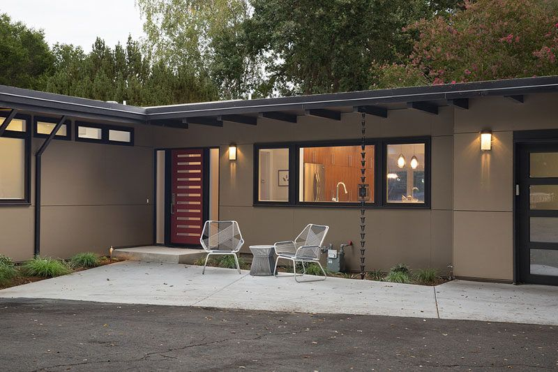 14 Modern Homes That Use Rain Chains To Divert Water Mid Century Modern Exterior Modern House Remodel Mid Century Modern Exterior Paint