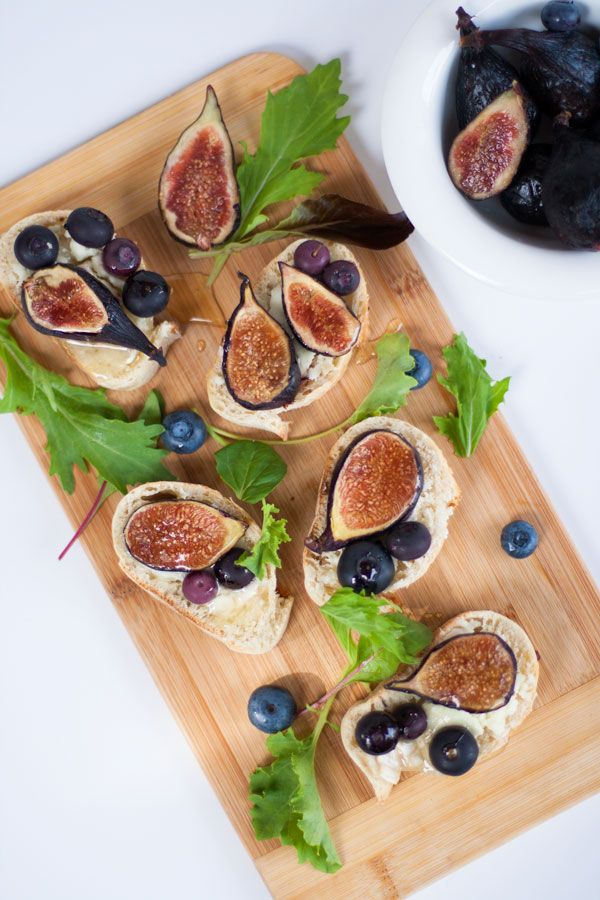 Crostini-Figs-and-Blueberries