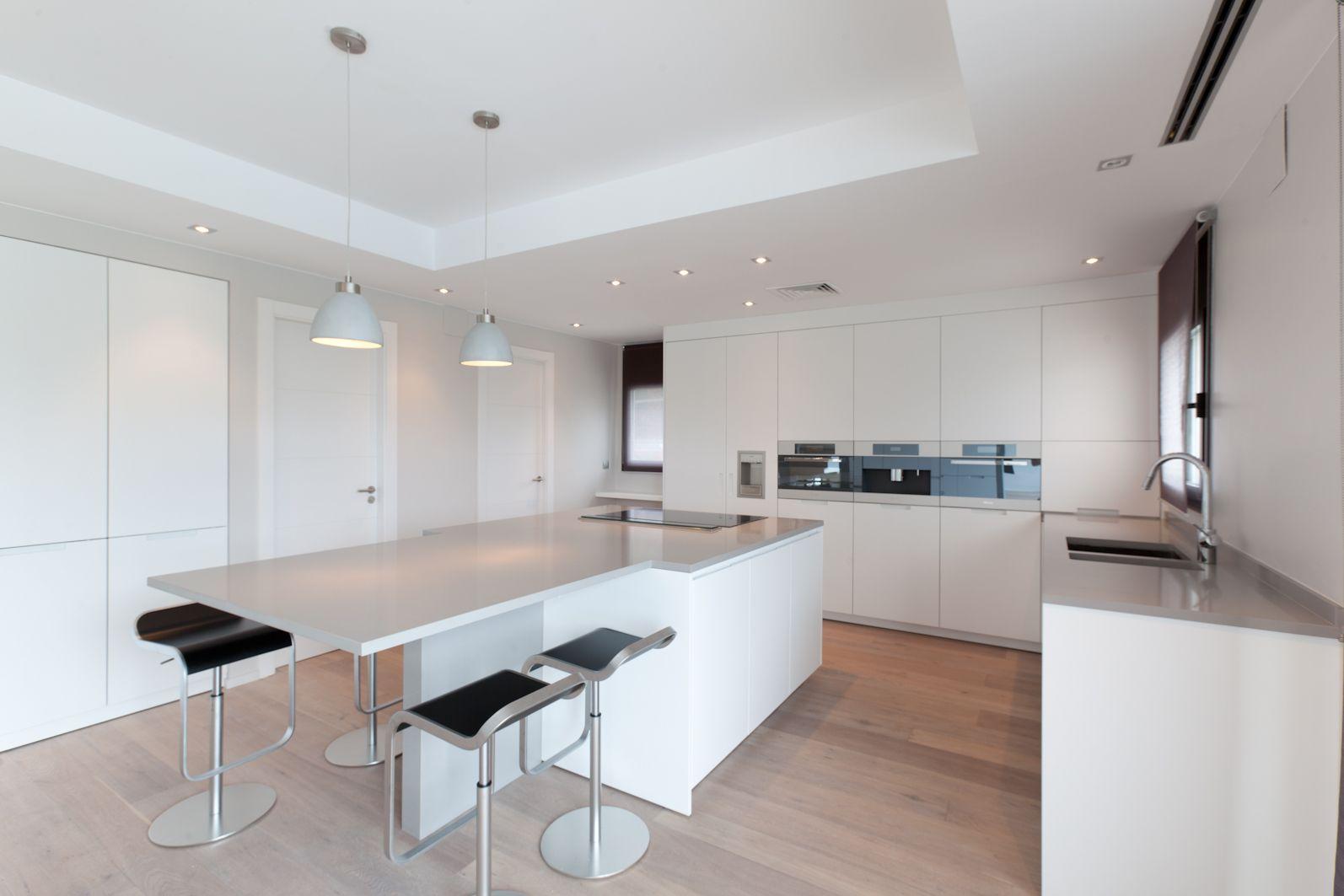 Cocina estilo moderno color marron blanco negro casa for Cocina estilo moderno