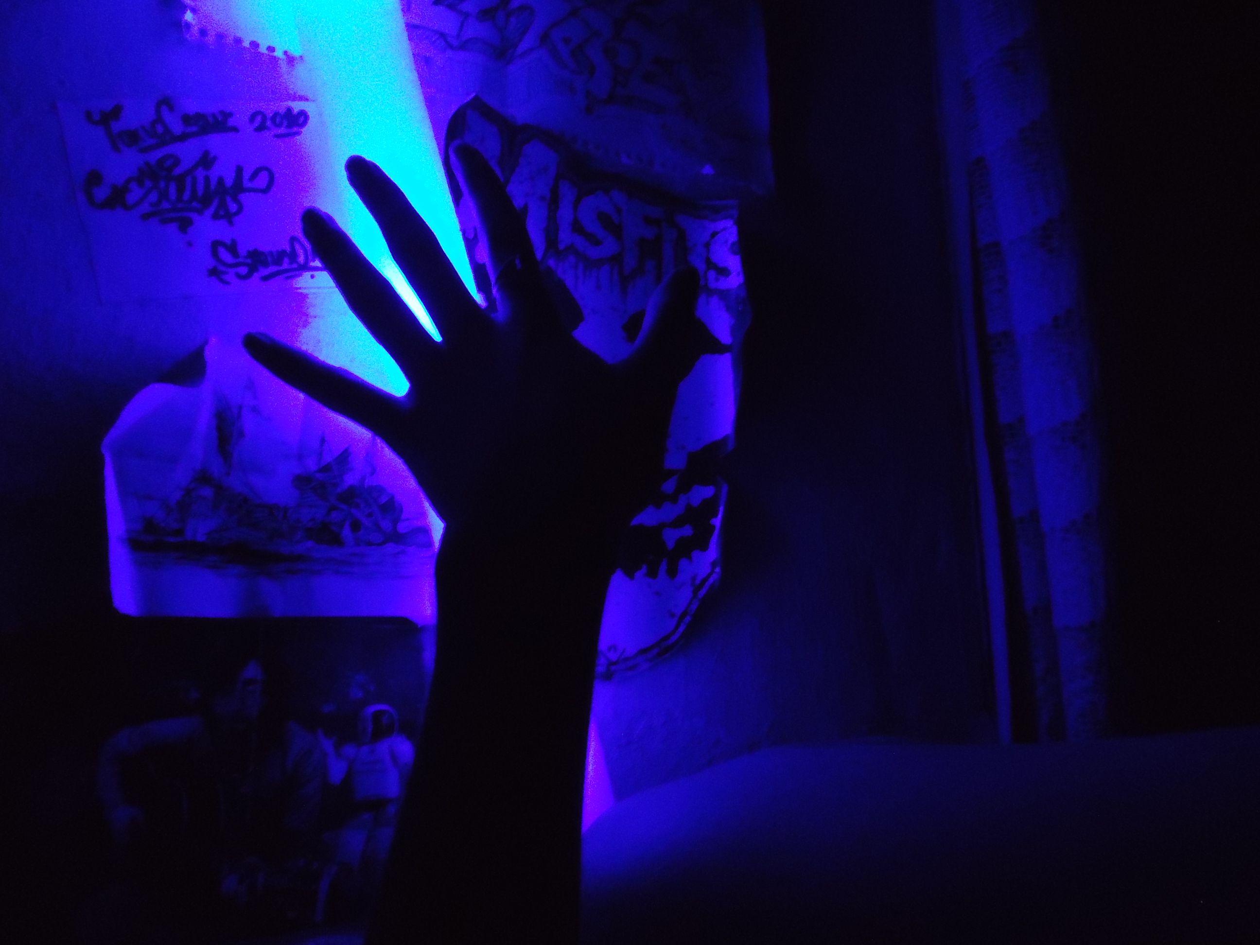 Mi cuarto, luz azul y mi mano x)