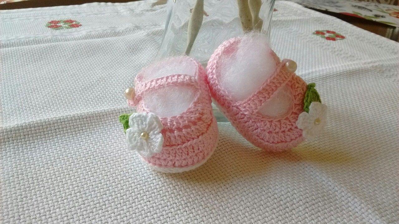 Sapatinho de crochê com aplicação de flores para os pés de uma linda princesa !!!!