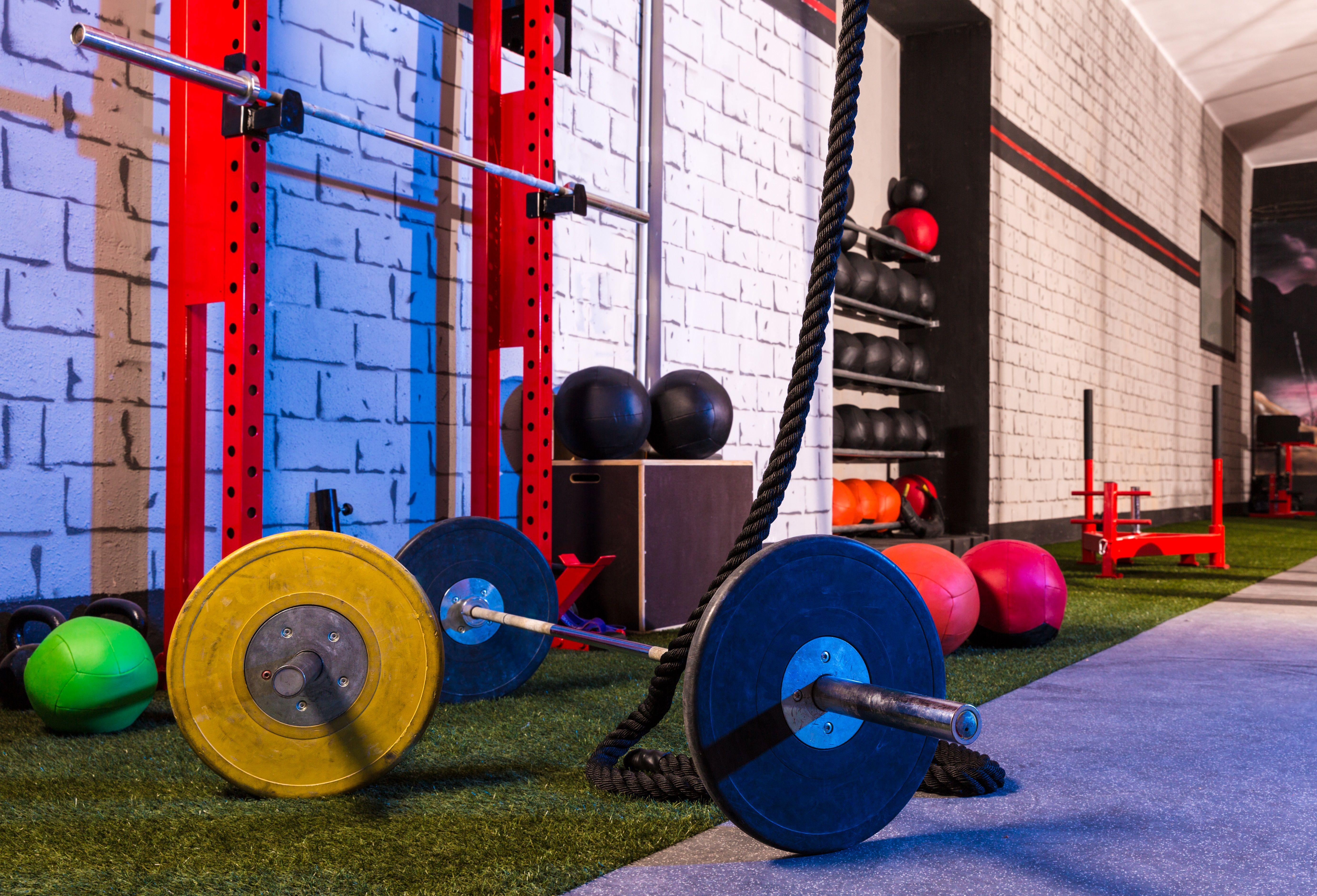 Zalety Treningu Na Silowni Cwiczenia Trening Cwiczenia Fitness Sen Gym Design Gym Interior Barbell