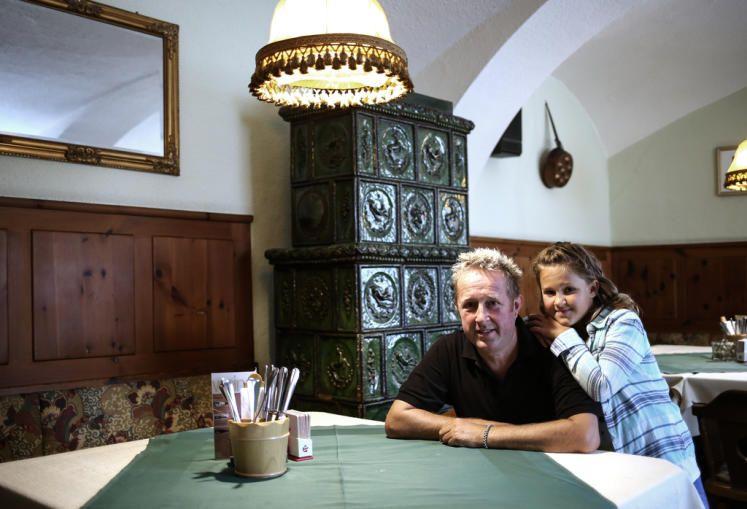 Im Gasthaus zur »Eisernen Handt«: Wirt und Koch Christian Schimpl mit seiner Tochter Alexandra (8). Mehr zur Eisenhandstraße: http://www.nachrichten.at/oberoesterreich/linz/Der-Edelsitz-wurde-Ort-fuer-Sexfilme-und-Hausmannskost;art66,1484002 (Bild: Weihbold)