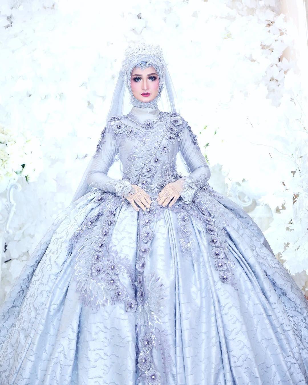 Gambar mungkin berisi: 9 orang  Gaun pengantin sederhana, Gaya
