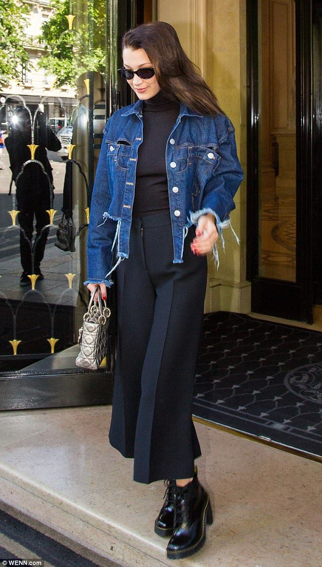 Killer accessories: The model added sparkle and glamour to her head-to-toe black attire as she accessorised with a metallic silver handbag