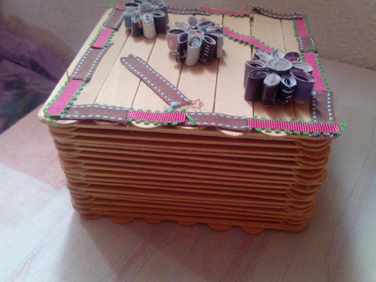 Handmade 2 en 1: Cajita para guardar aretes hecha con abatelenguas y  silicòn frio. Decoraciòn: Flores hechas con pàginas de rev… (con imágenes)  | Abatelenguas, Proyectos, Revistas
