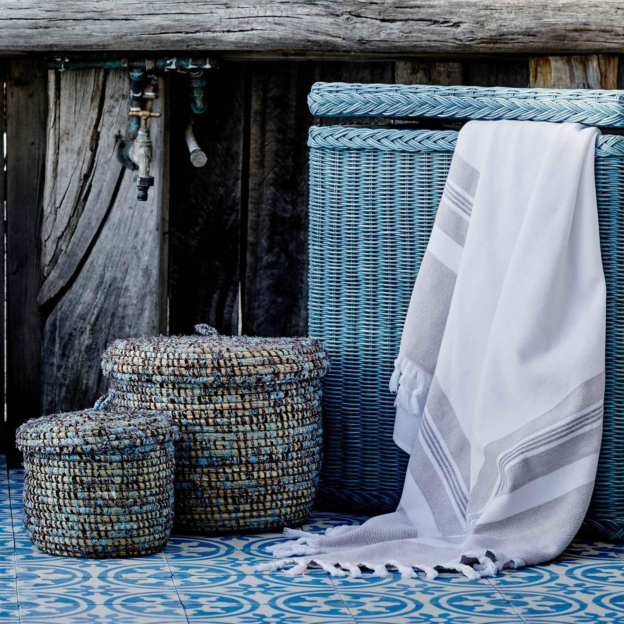 f r unseren stilvollen w schekorb java wird hochwertiger rattan von unseren partnern aus. Black Bedroom Furniture Sets. Home Design Ideas