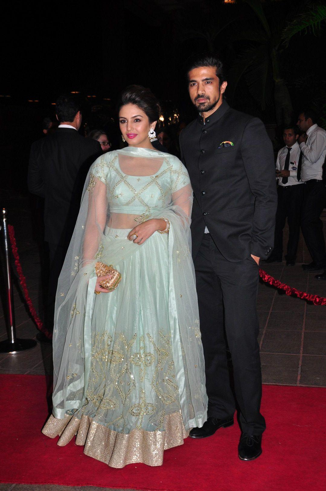 Watch - Khan alvira agnihotri at kareena wedding reception video