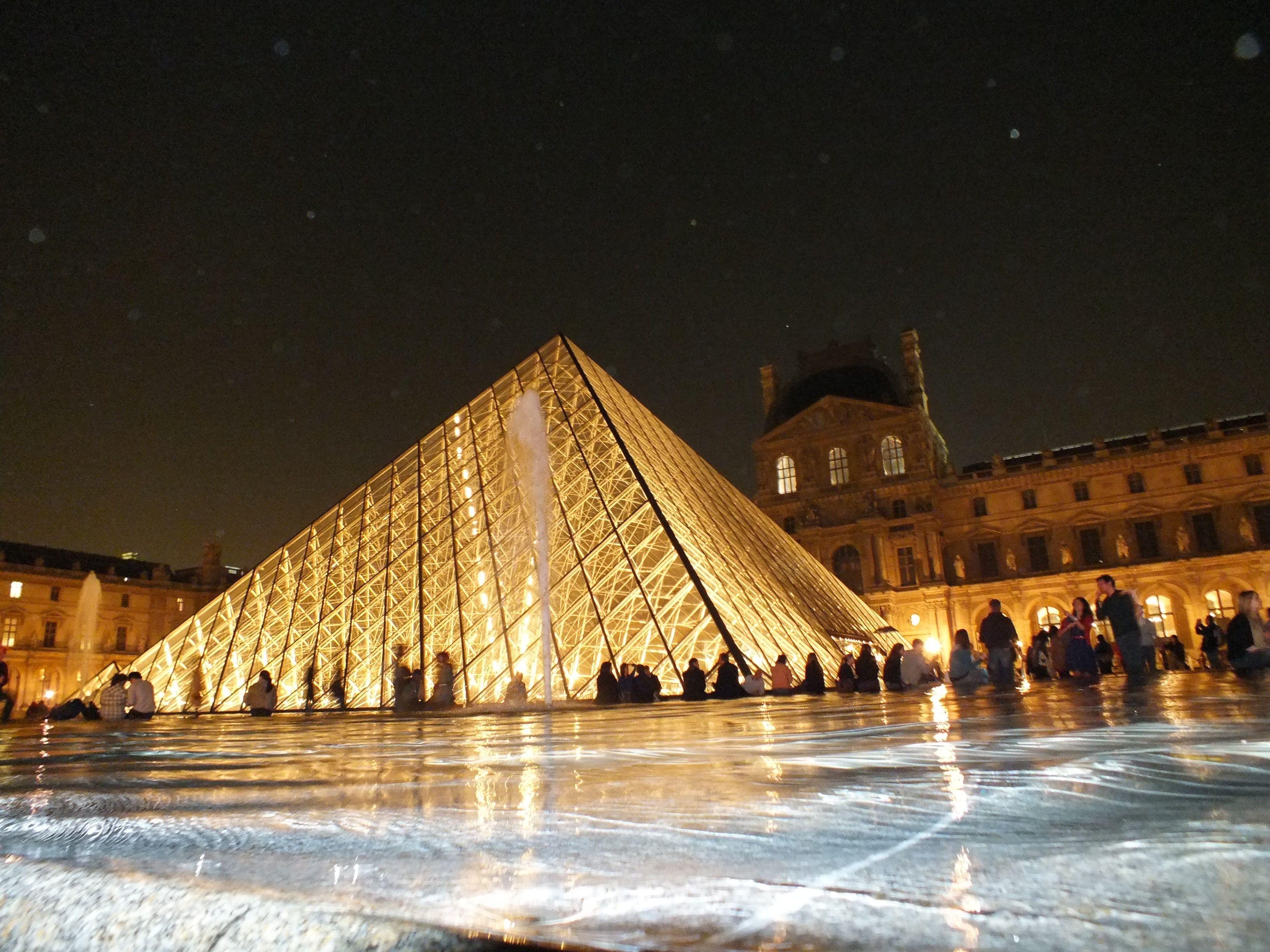 Pirâmide maior do Louvre