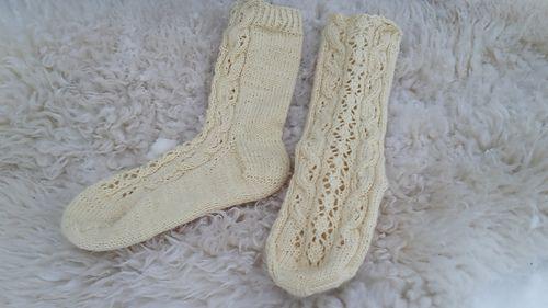 Sukat on neulottu varresta alkaen ja pitsiä ja palmikoita on vain sukan etupuolella. Sukkiin on vain yksi koko, mutta sitä on helppo muokata.