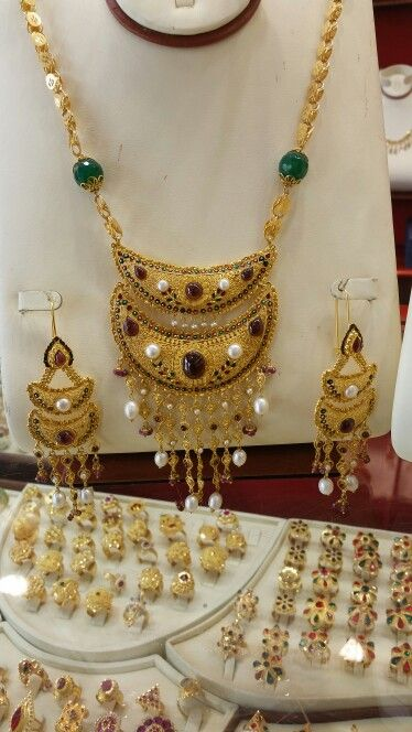 Gold At The Gold Souqe In Uae Dubai طقم ذهب من أسواق الذهب بالامارات Bridal Gold Jewellery Middle Eastern Jewelry Gold Jewelry Fashion