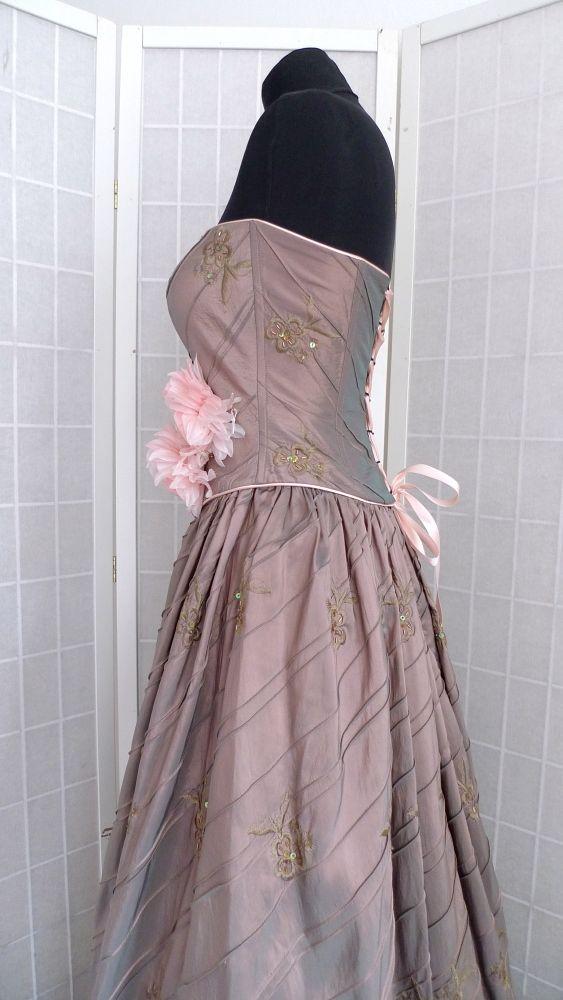 a454d7268b4d Plesové šaty Šaty jsou z vyšívaného šanžánového taftu