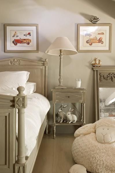 :: Havens South Designs :: loves the painted bed and nightstand color.