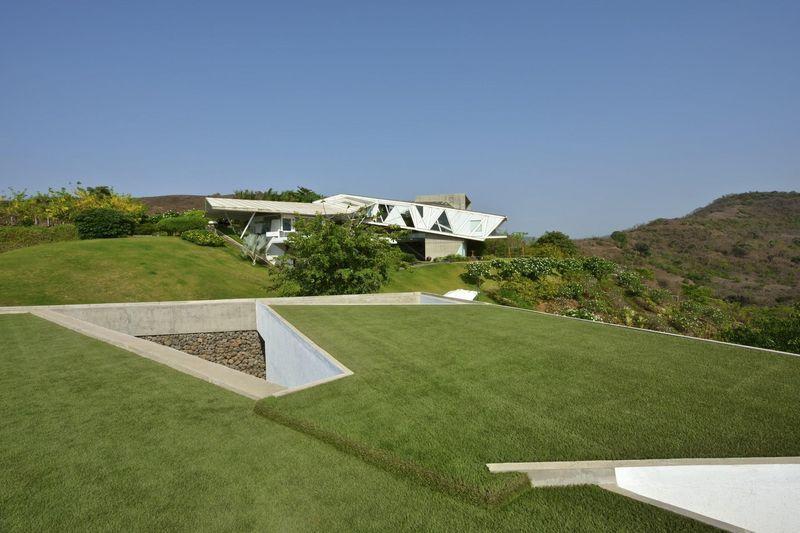 Incroyable maison semi enterr e avec toiture v g talis e en inde toiture v g talis e enterr - Maison enterree ...