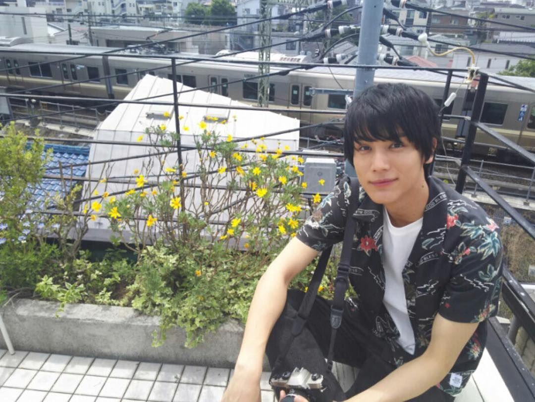 電車と写る中川大志
