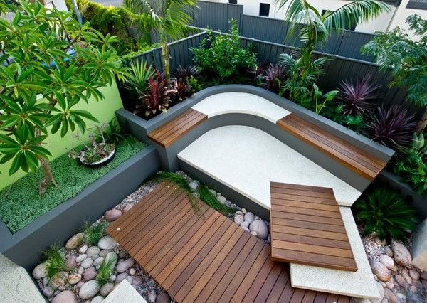 kleinen-innenhof-gestalten-ideen-bodenbelag-beton-holzwand-eckbank, Garten und erstellen
