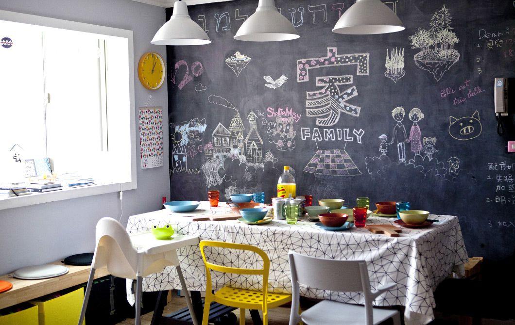 La colorata zona pranzo di Ta-Li con una creativa parete lavagna ...