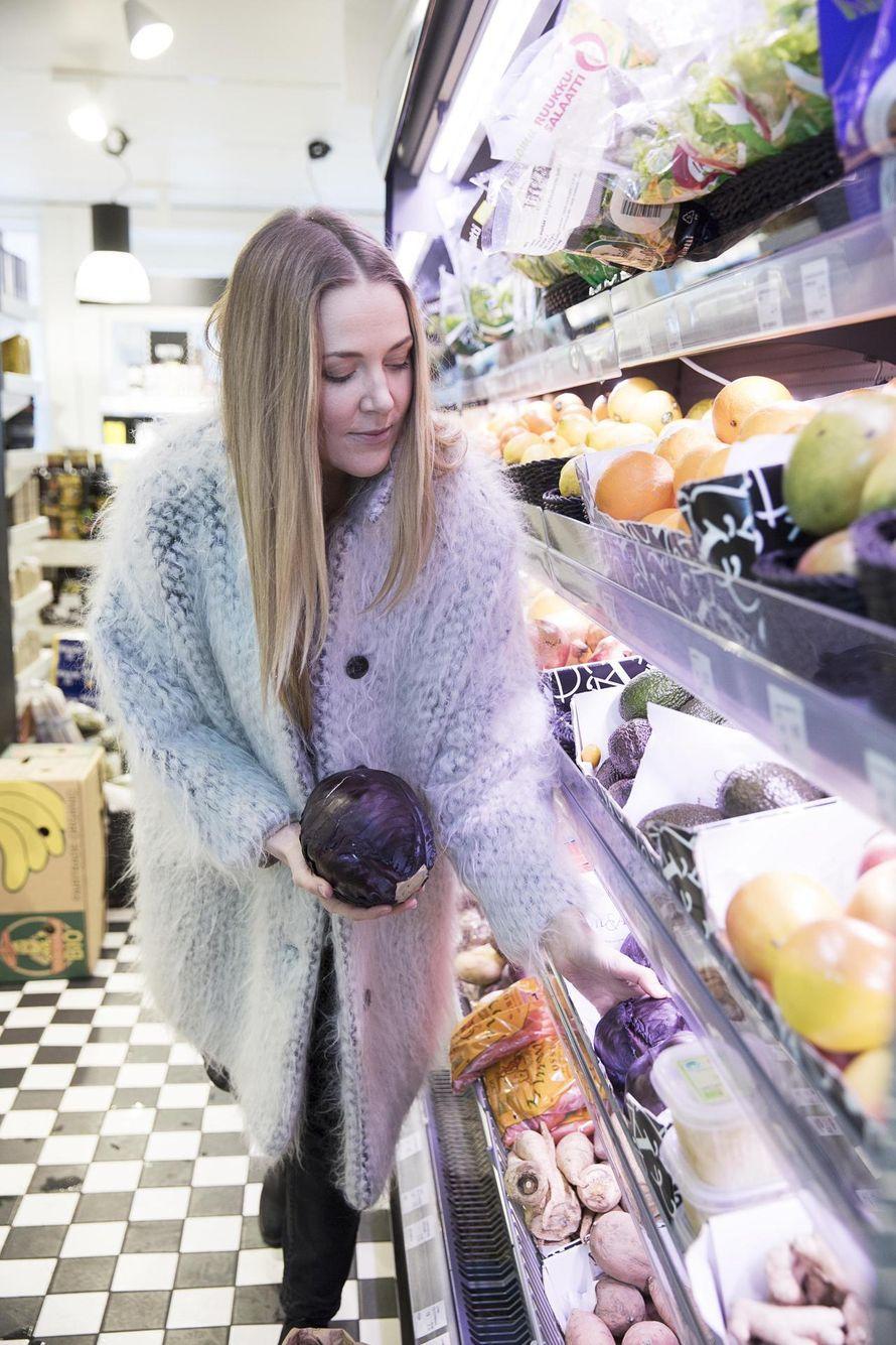 Ruokakirjailija-bloggaaja Virpi Mikkonen vaihtoi pakastepizzat ja irtokarkit raakaruokaan. Sittemmin ruokatottumukset ovat höllentyneet. Yksi ei...