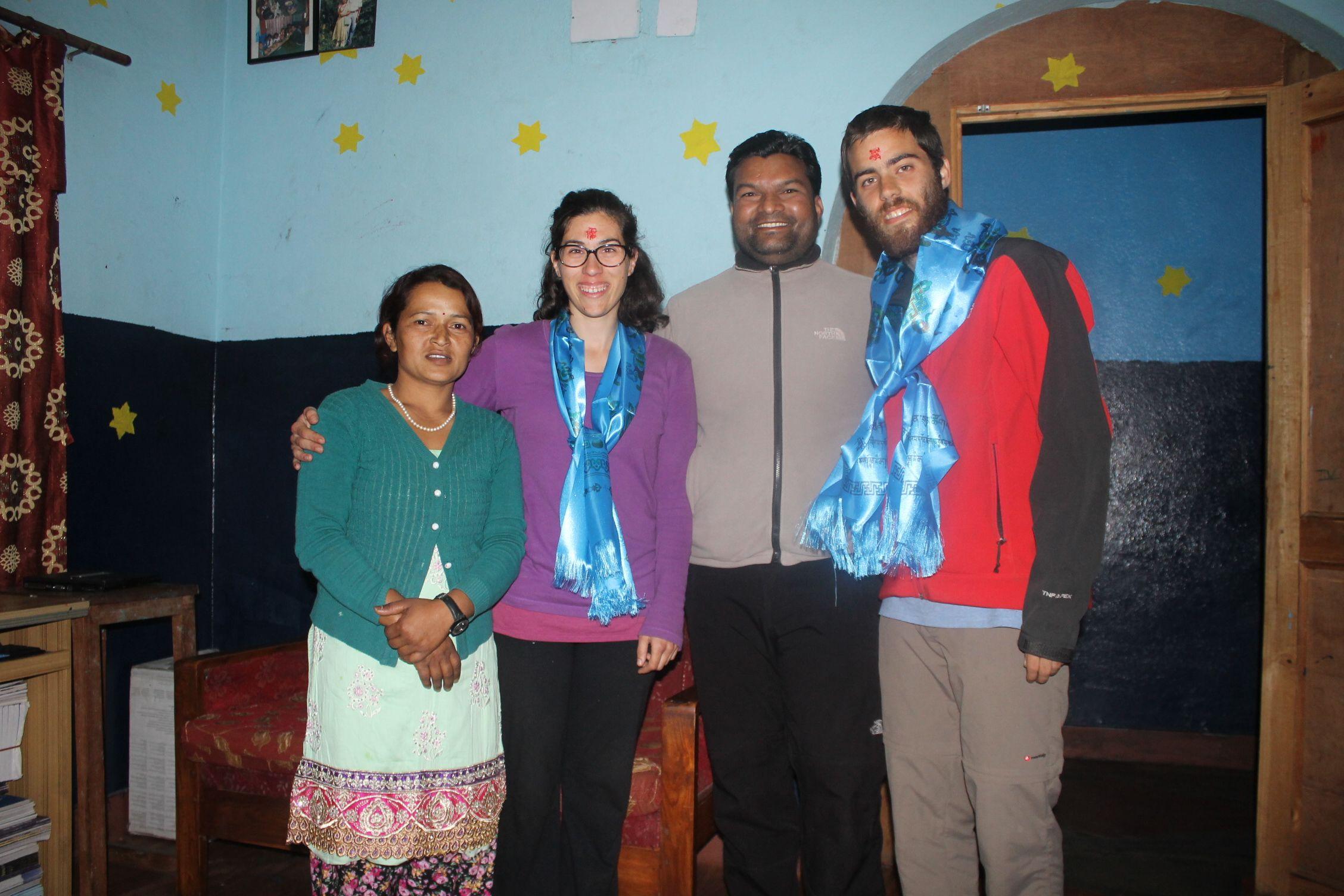 Con Dana y Dev, los 'tios' de los niños y responsables del orfanato