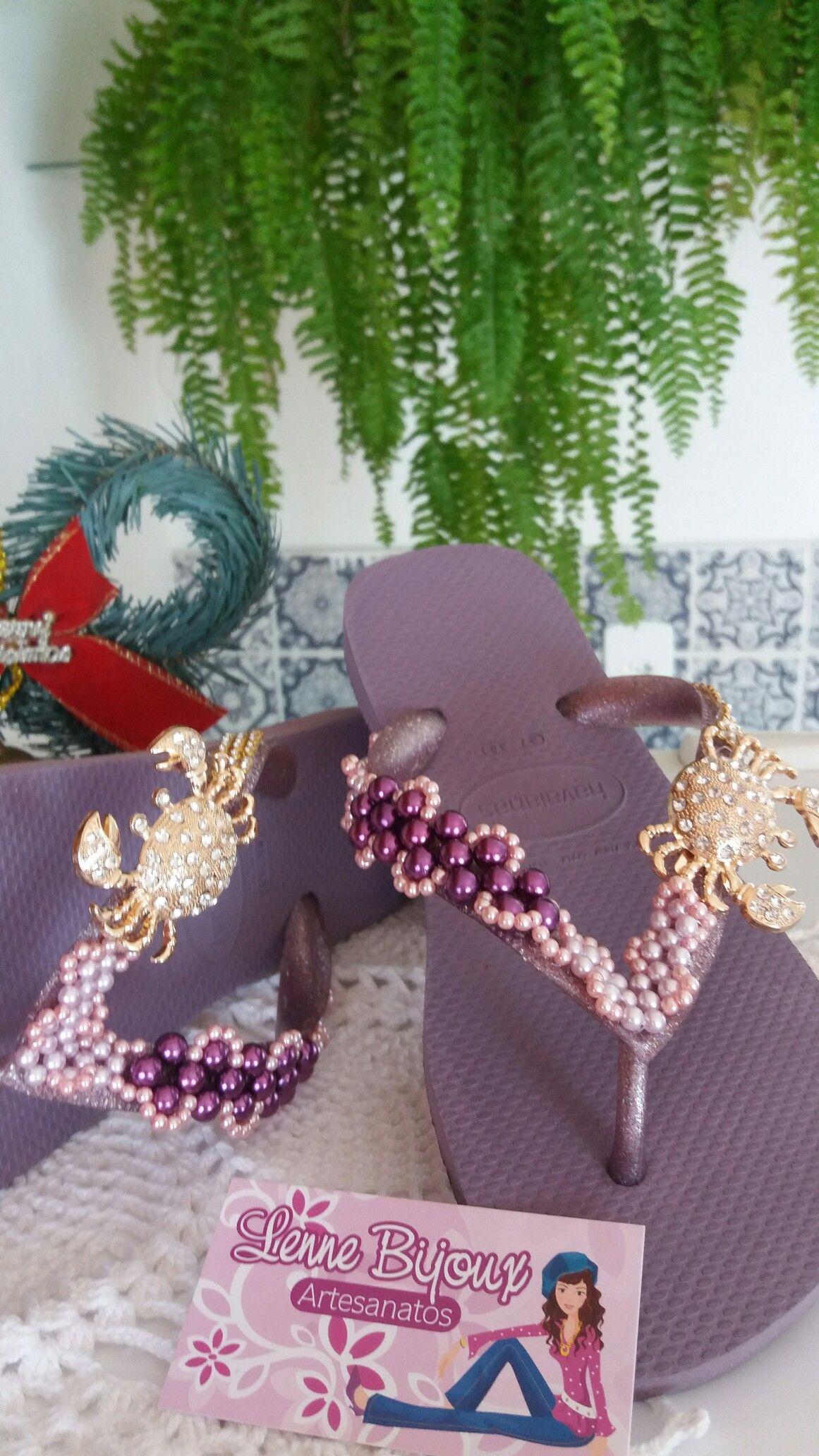 Chinelo decorado com piercing  caranguejo e pérolas  Lenne artesanato  Lenne bijoux