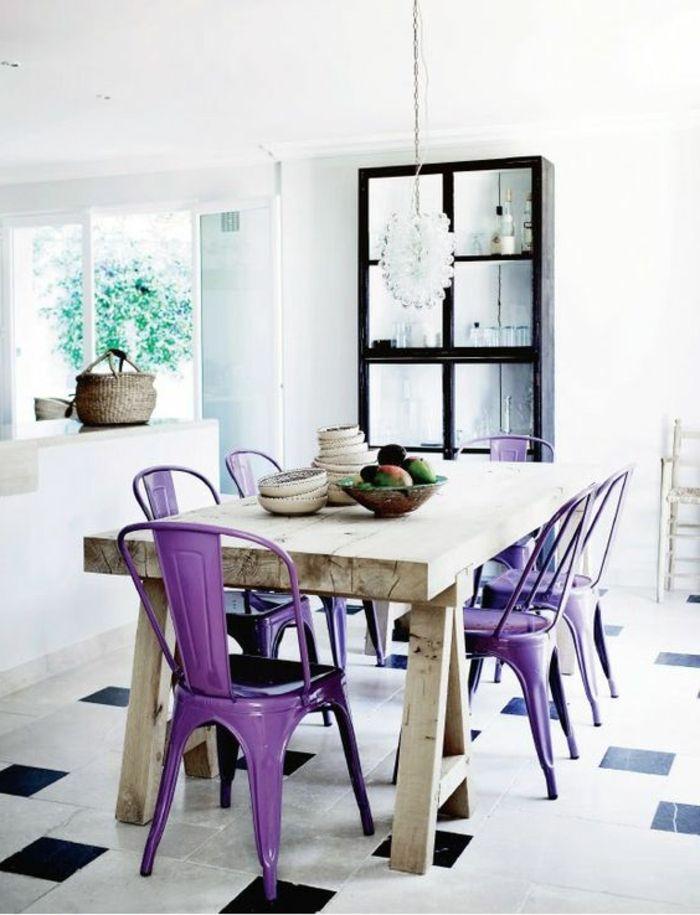 chaise en fer violet, table a manger en bois clair