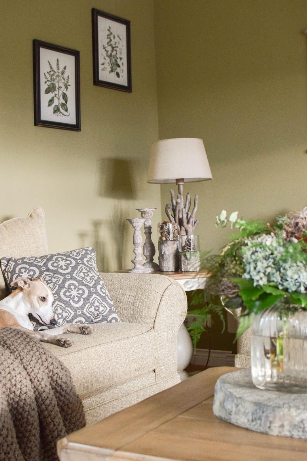 Elegant Deko Für Den Tisch Im Winter. Wohnzimmer Farbenfroh Und Natürlich Dekorieren.  Naturdeko Dekoidee Dekoration