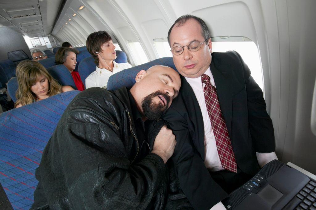 """Fliegende Platzhirsche: Am meisten nerven im Flugzeug Sitznachbarn, die sich ausbreiten - laut lastminute.de-Umfrage. Mehr Infos: http://blog.lastminute.de/was-im-flieger-nervt/    Das Foto kann kostenfrei bei einer Berichterstattung im Zusammenhang mit der Pressemeldung genutzt werden unter Angabe des Copyrights """"Digital Vision"""".  © Digital Vision."""