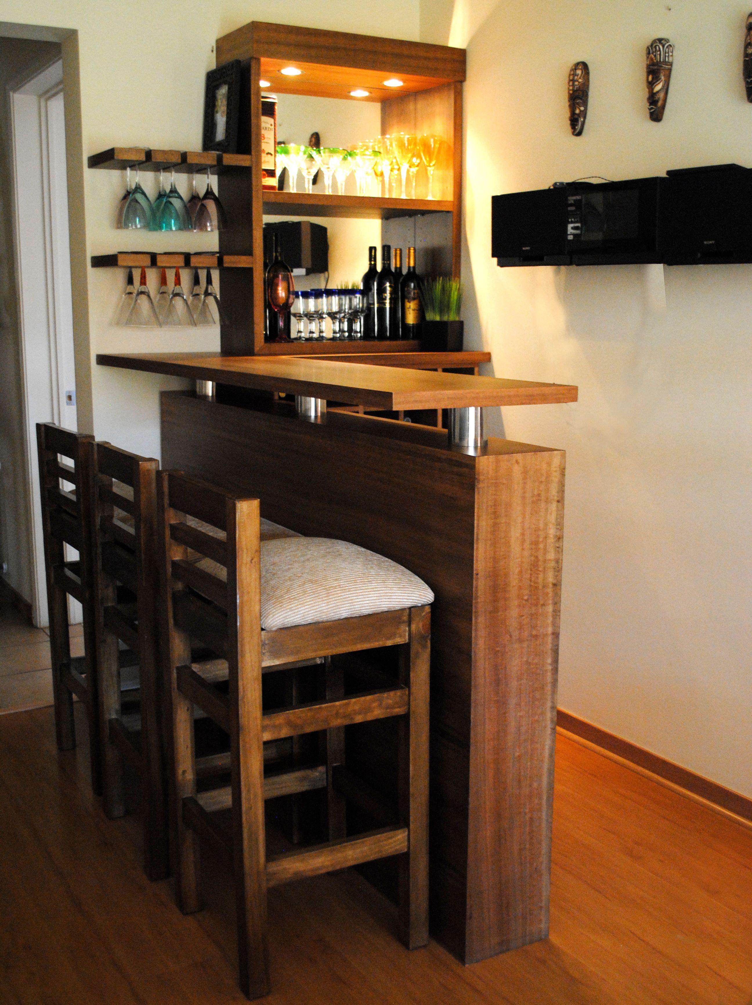 Bar coigue con luces espejo y sillas bares bl for Bares modernos para casas