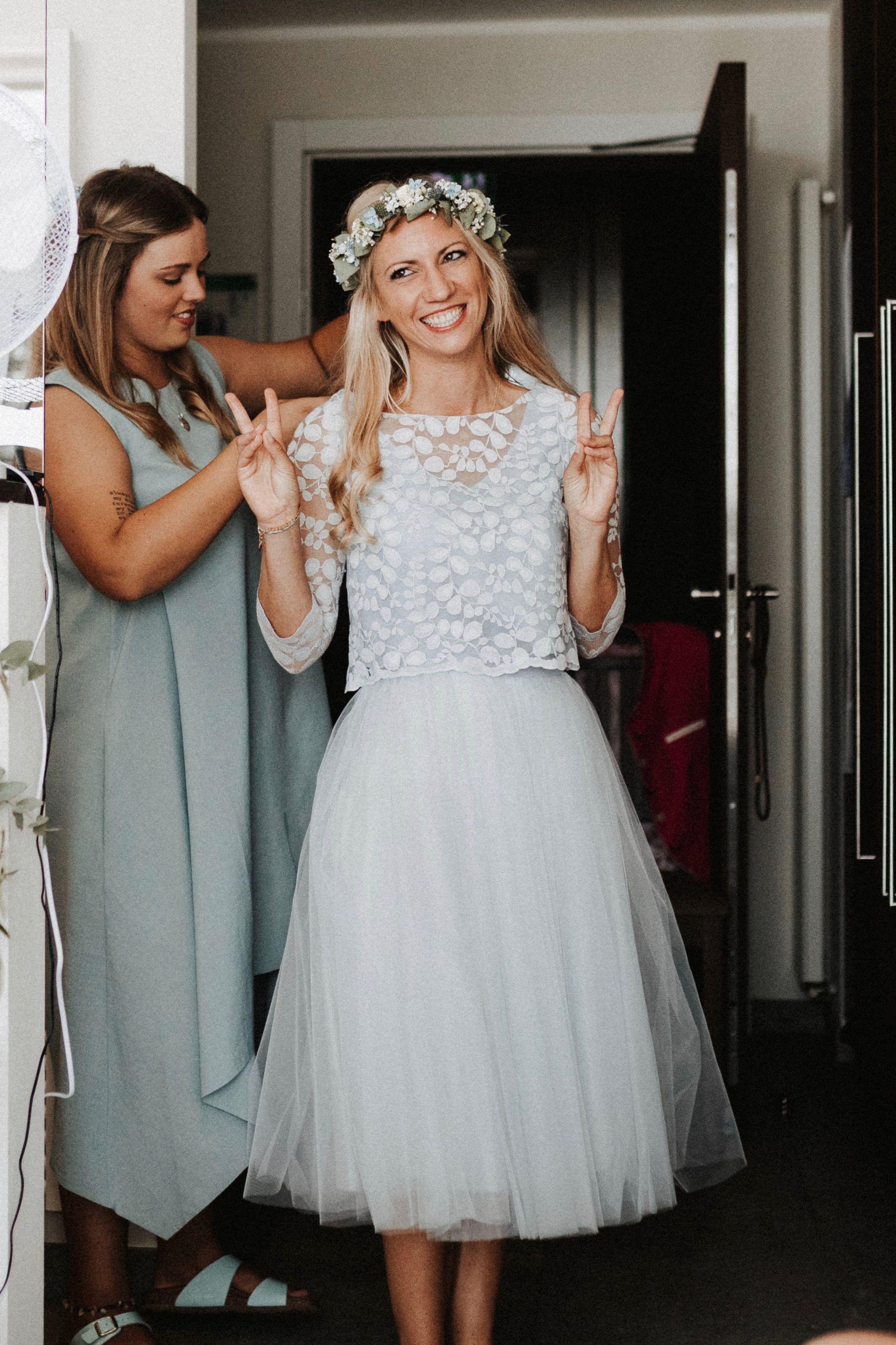 Photo of Kurzes Brautkleid mit Tüllrock und Spitzentop in Blau