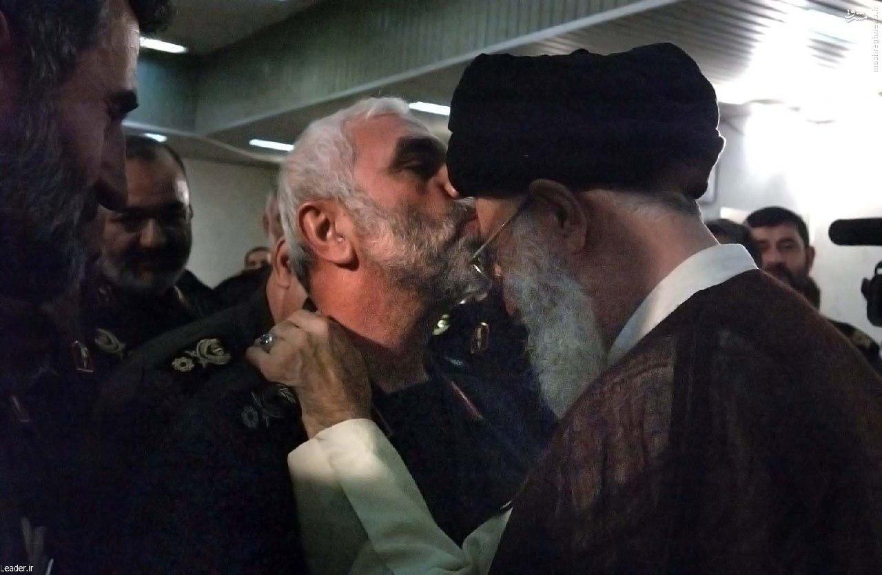 عکس/ بوسه سردار همدانی بر پیشانی رهبر