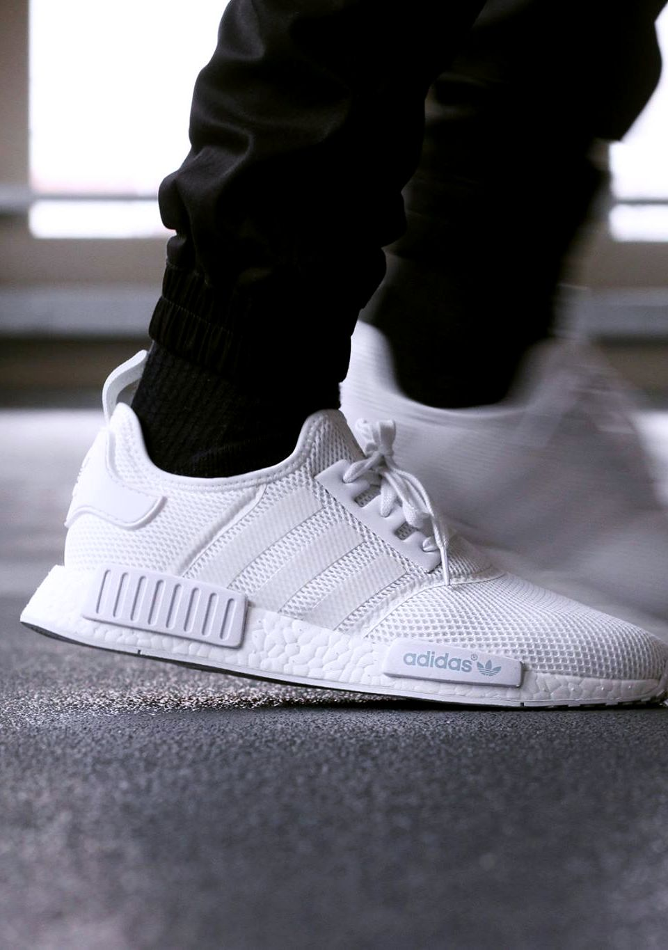 0a4c8098b990db Sneakerando — ADIDAS NMD R1 WHITE Soulier Homme, Chaussures Homme, Mode  Homme, Accessoires