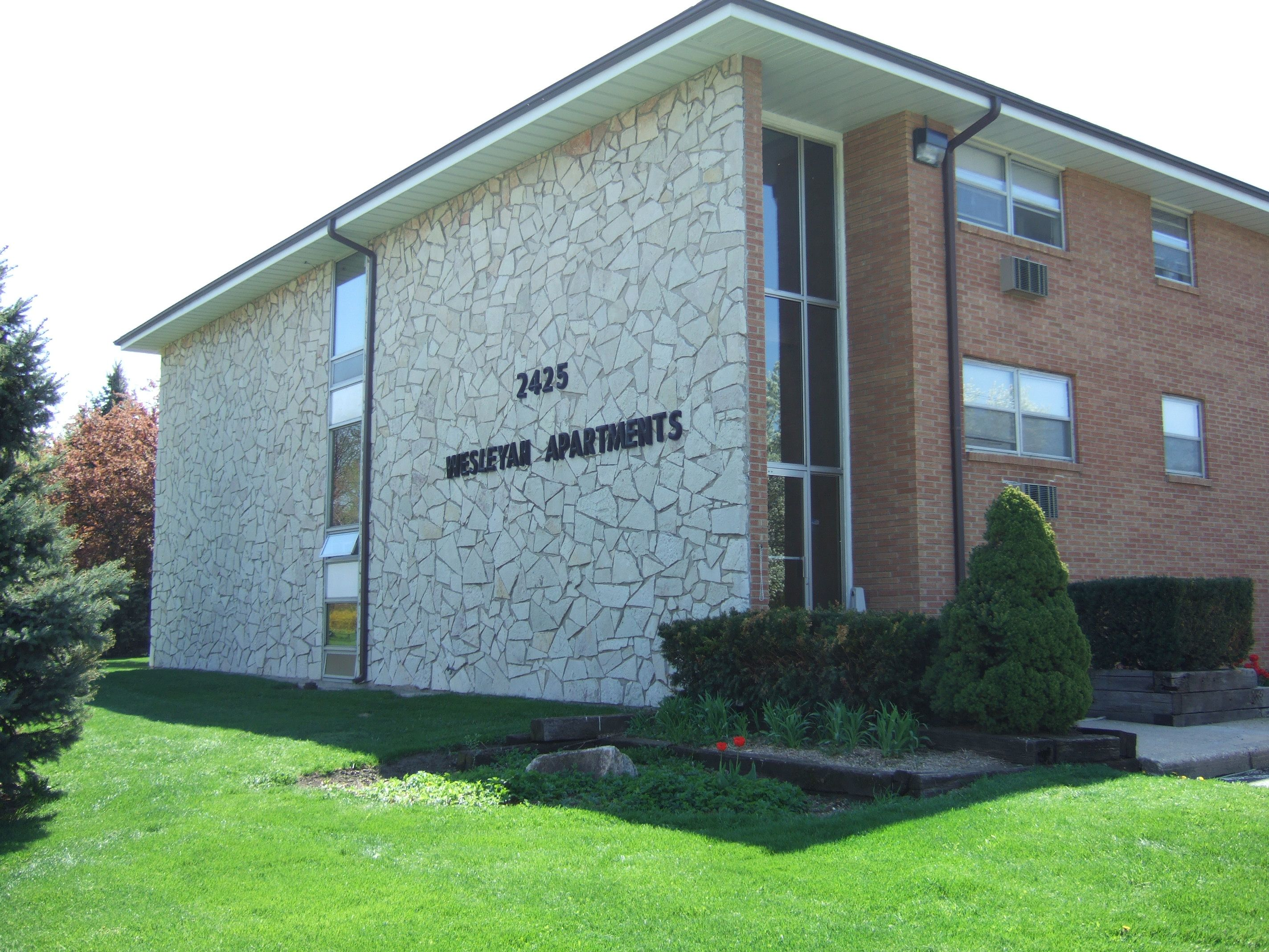 2425 Wesleyan Ave Rockford Il 61108 Large One Bedroom Apartments For Rent Onsite Coin Operated Laundry One Bedroom Apartment Apartments For Rent One Bedroom