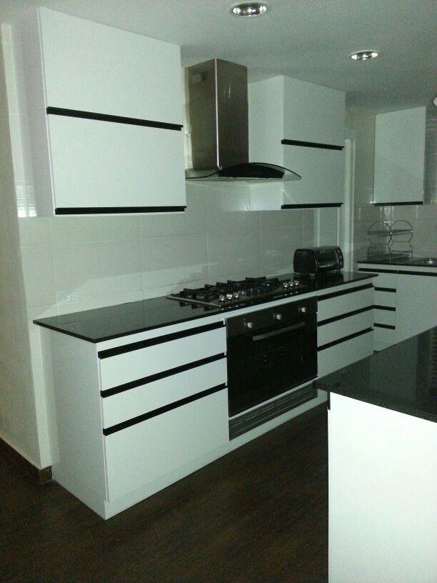 Cocina con isla moderna estufa empotrada cocina con isla for Cocinas integrales con isla al centro