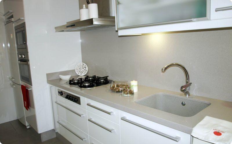 Cocina blanca encimeras de color diferente al gris colores - Cocinas clasicas modernas ...