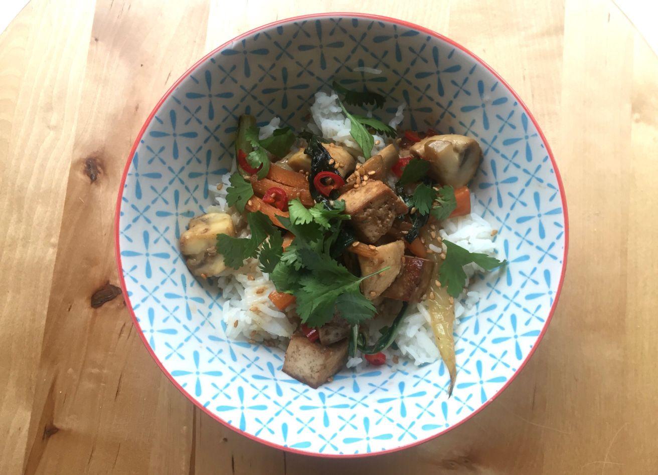 Gewokte tofu met paksoi en champignons