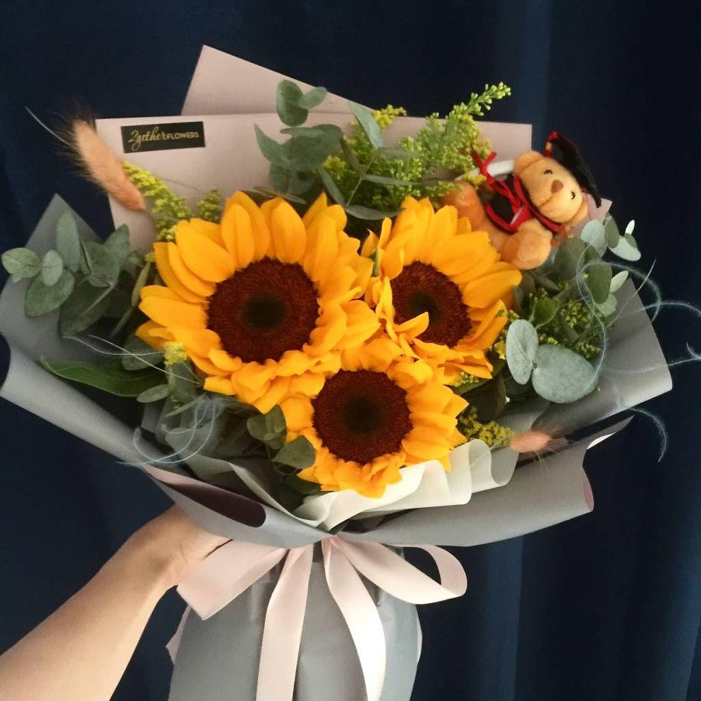 Graduation Sunflower Bouquet In 2020 Sunflower Bouquets Graduation Flowers Bouquet