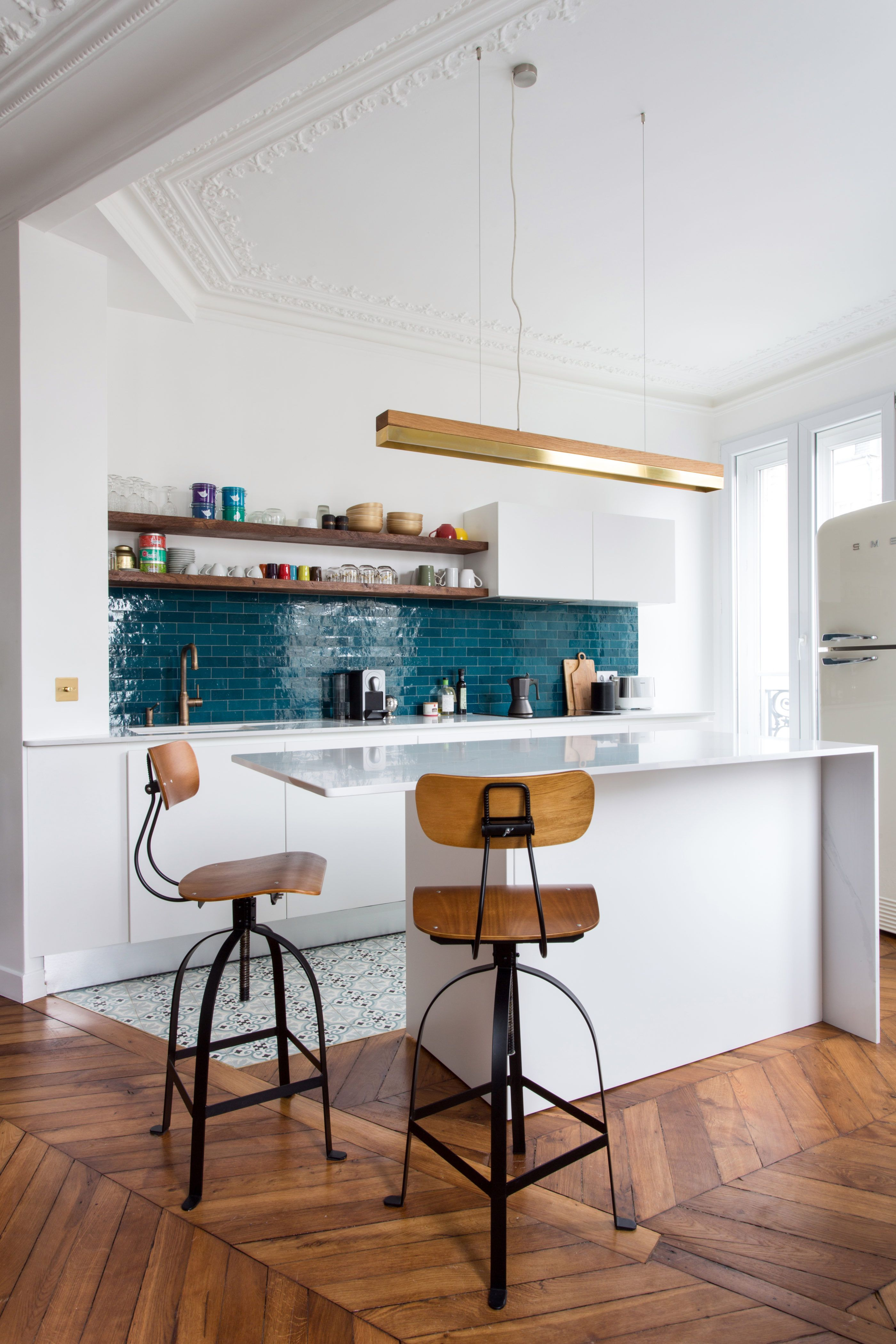 Un bar permet de fermer partiellement cette petite cuisine Bar cuisine ouverte