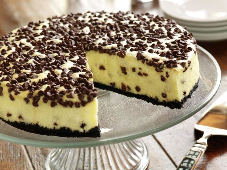 Chocolate chip cheesecake with brownie crust easy