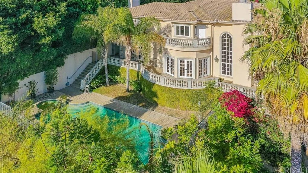 The Hype House Photos Who Lives There And Where It Is Celebrity Houses House Big Mansions