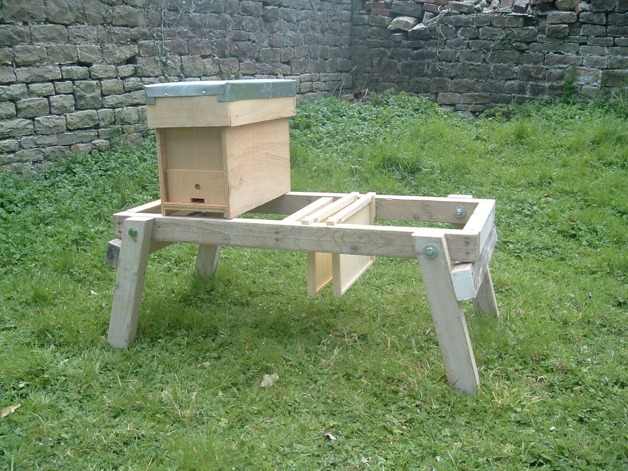 Hive Stand Designs : Beehive stand can rest frames directly in stand while inspecting