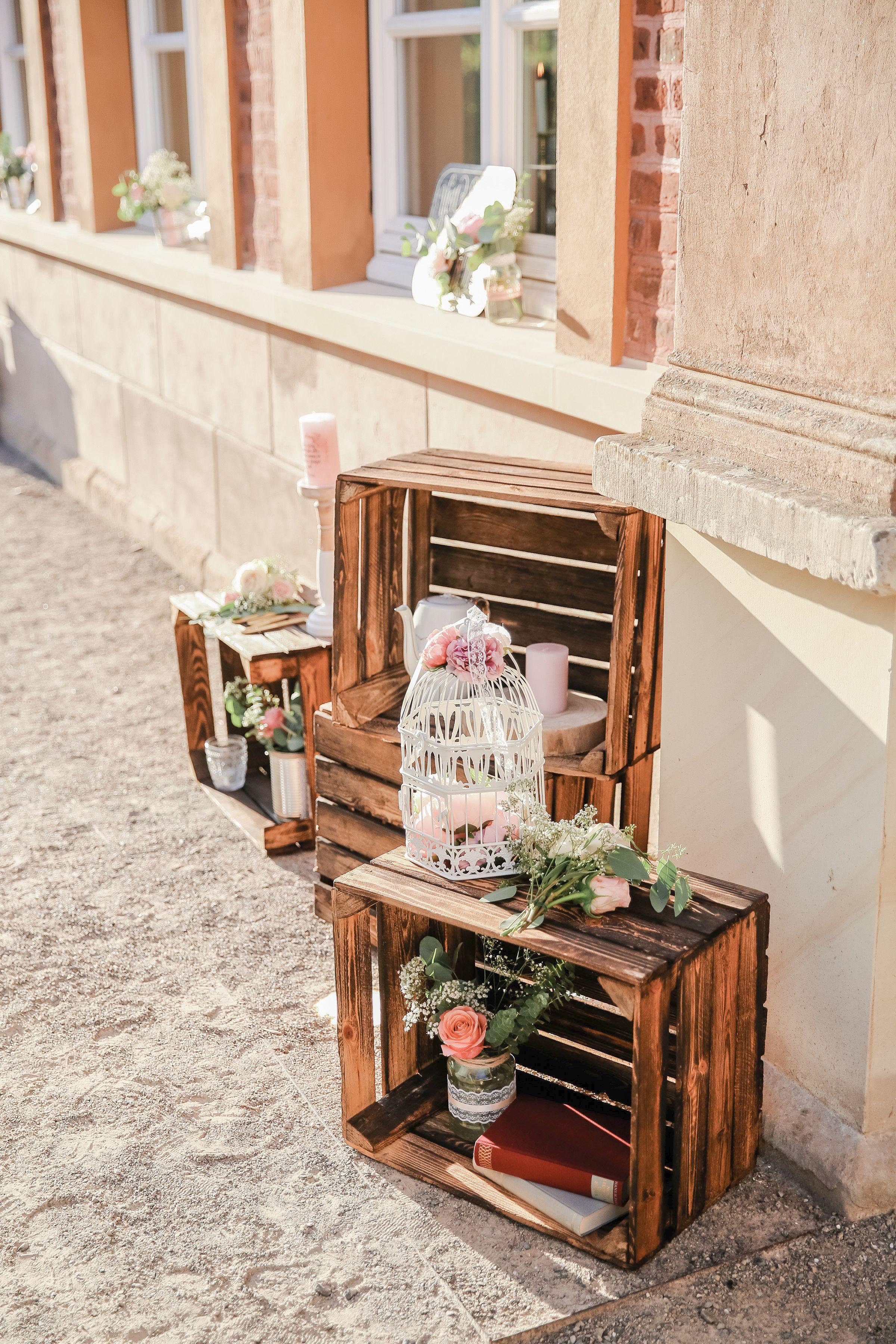 Weinkisten Deko Ich Liebe Diese Holzkisten Machen Jede Noch So Eleganze Location Etwas Rustikaler Schon Mit Hochzeit Weinkisten Kerzen Dekorieren Dekorieren