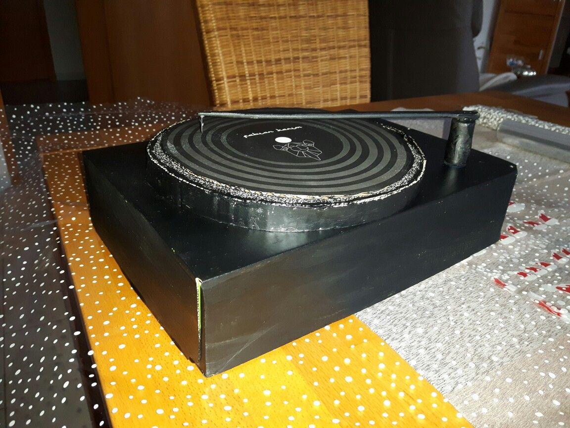 Plattenspieler für einen DJ als Geldgeschenk. 2 Deckel von Kartons ...