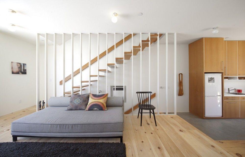 travail blanc de l'escalier / bois de la lisse, du parquet, de la cuisine