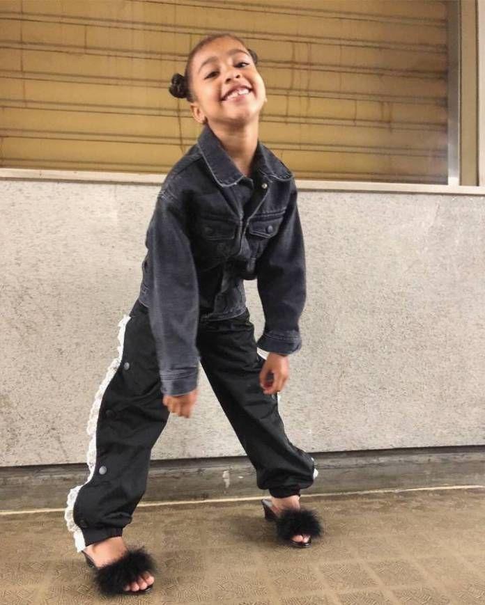 كيم كارداشيان تصف ابنتها بالـ فاشنيستا North West Outfits North West Kardashian Kardashian Kids