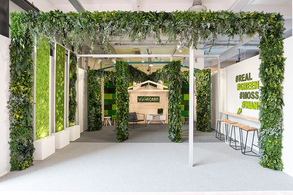 Ausgefallener Messestand Von Stylegreen Auf Der Salone Di Mobile In Mailand Konservierte Pflanzen Als Bilder Girlanden Und Saul Pflanzen Wandbegrunung Bilder