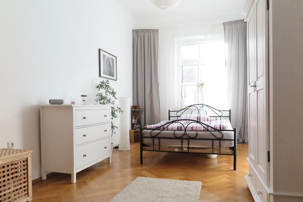 Gemutlicher Schlafbereich Mit Metallbett Schlafzimmer Wgzimmer Einrichtung Parkett Metallbett Bett Kommode Bedroom Interior Be Wg Zimmer Wohnen Haus