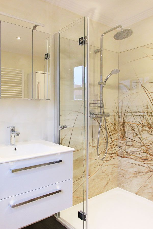 Fugenloses Badezimmer Ohne Fliesen In Hellen Farben Und Dunenmotiv In Der Dusche Dusche Umgestalten Badgestaltung Badezimmer Umbau